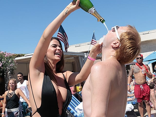World Crawl Las Vegas Pool Crawl | Drinks / Line Fast-Pass / No Cover